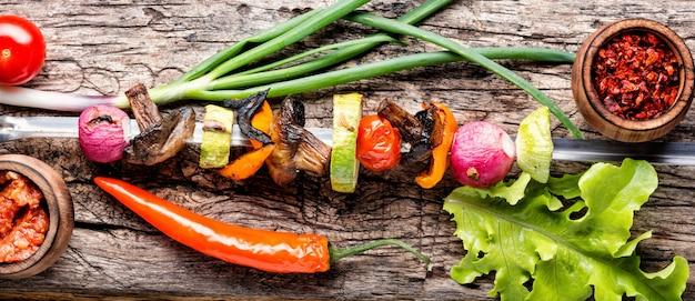 Gegrillter gemüse-schaschlik mit paprika, champignons und zwiebeln