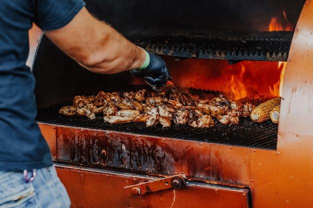 Gegrillter hähnchenschenkel auf dem brennenden grill