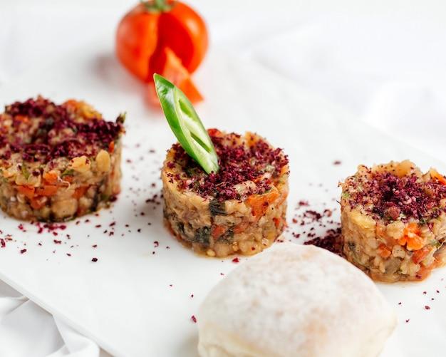 Gegrillter holzkohle-salat mit sumach bestreut