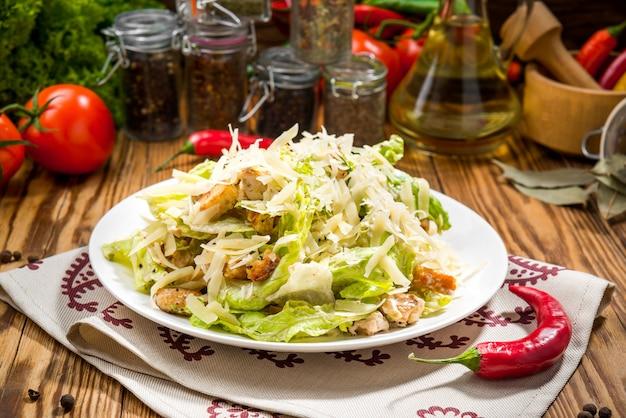 Gegrillter hühner-caesar-salat mit käse und croutons