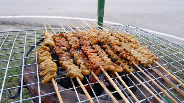Gegrillter hühnerdarm mariniert in thailand