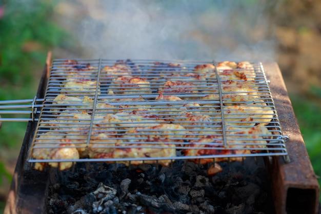 Gegrillter hühnerschenkel auf dem grill