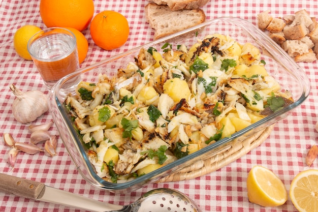 Gegrillter kabeljau mit kartoffeln und olivenöl.