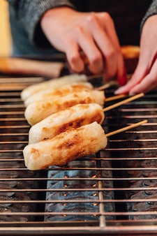 Gegrillter käse-stock auf gasgrillofen, straßenlebensmittel bei ximending in taiwan, taipeh.