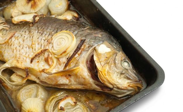 Gegrillter karpfenfisch auf dem kochgeschirr