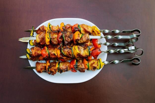 Gegrillter kebab, der auf metallaufsteckspindelnahaufnahme kocht. gebratenes fleisch am grill gekocht.