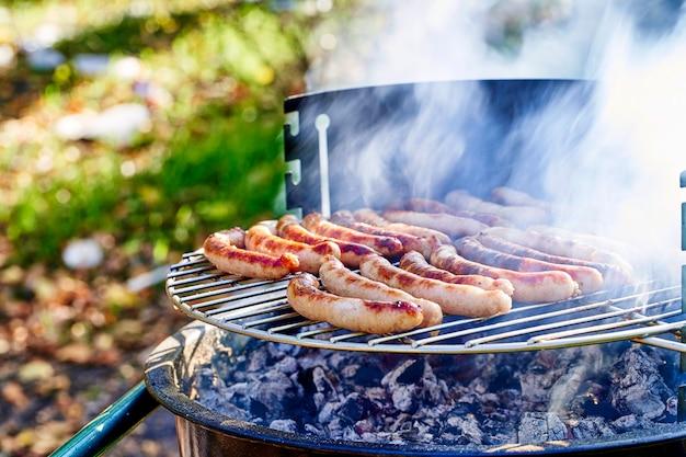 Gegrillter kebab, der auf metallspieß kocht. gebratenes fleisch beim grillen gekocht. bbq frisches rindfleisch fleisch kotelettscheiben. traditionelles östliches gericht, schaschlik. grill auf holzkohle und flamme, picknick, street food.