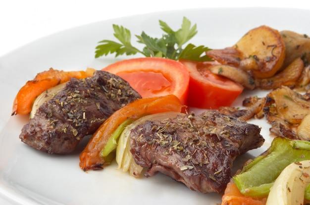 Gegrillter kebab mit gemüse