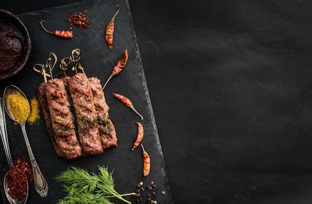 Gegrillter kebab mit gewürzen