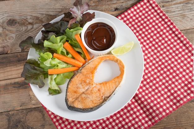 Gegrillter lachs mit barbecuesauce und frischem salat. draufsicht