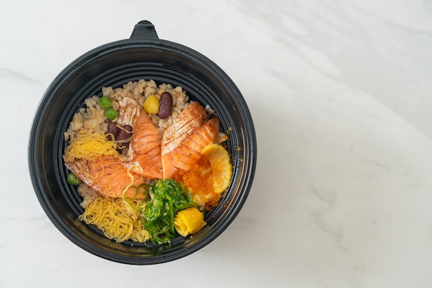 Gegrillter lachs mit braunem reis donburi - japanische küche