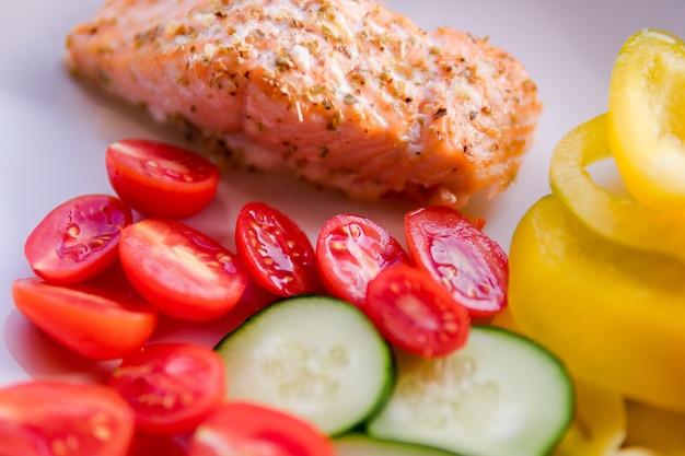Gegrillter lachs mit gemüse. biolebensmittelkonzept. appetitanregendes rezept des plätzchens, nahrungsmittelbloginhalt. restaurant lieferung