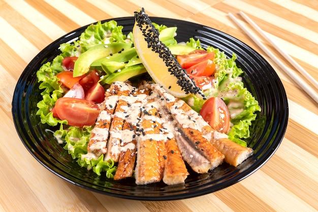 Gegrillter lachssalat mit kräutern und zitrone. für jeden zweck.
