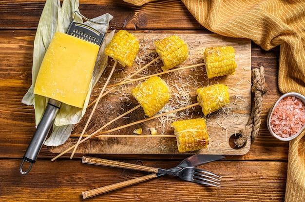 Gegrillter mais mit einer prise käse mexikanische eloten
