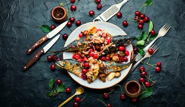 Gegrillter makrelenfisch gefüllt mit kirschen
