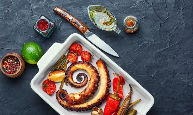 Gegrillter oktopus mit gemüse