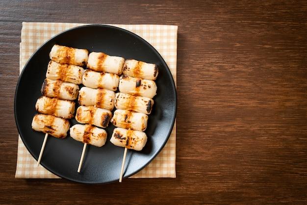 Gegrillter röhrenförmiger fischpastetenkuchen oder röhren-tintenfischspieß auf teller