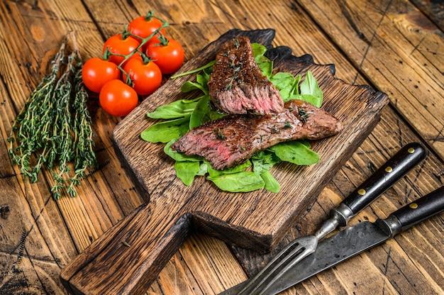 Gegrillter schnitt rock machete fleisch rindfleisch steak auf einem schneidebrett