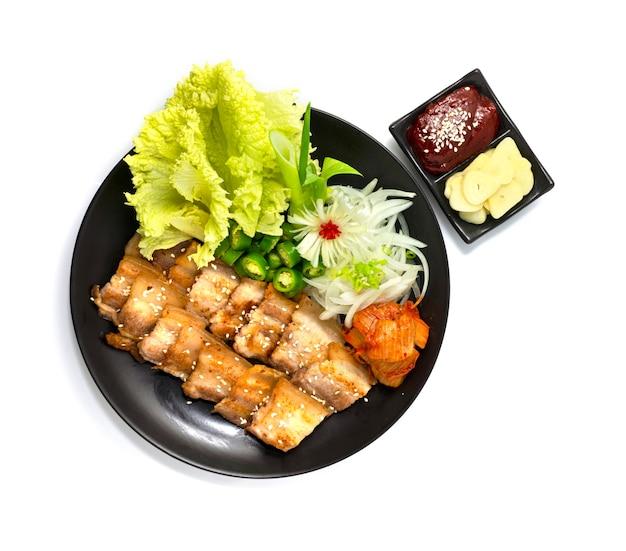Gegrillter schweinebauch ist ein äußerst beliebtes koreanisches grillgericht