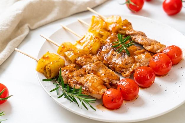 Gegrillter schweinefleisch-grillspieß auf teller