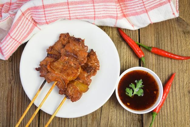 Gegrillter schweinefleischspieß / schweinefleisch satay thai und indonesische speisekarte asiatisch