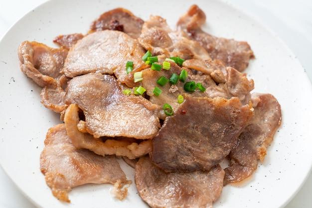 Gegrillter schweinenacken auf teller nach asiatischer art geschnitten