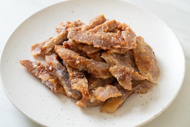 Gegrillter schweinenacken oder auf holzkohle gekochter schweinenacken mit würziger thai-dip-sauce