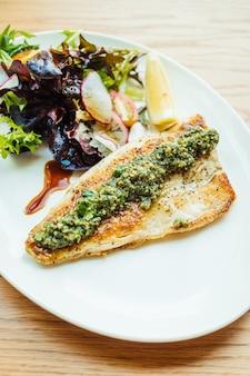 Gegrillter seebarsch fisch fleisch steak mit gemüse