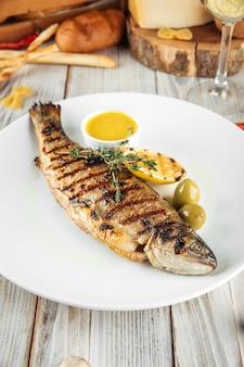 Gegrillter seedorado-fisch mit cremiger zitronen-sauce