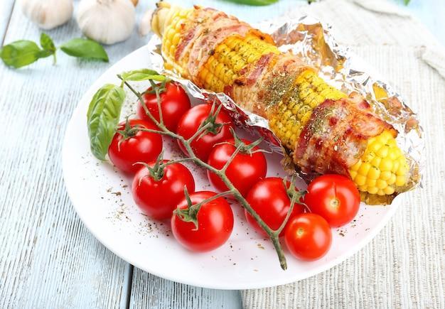 Gegrillter speck eingewickelter mais auf tisch, nahaufnahme
