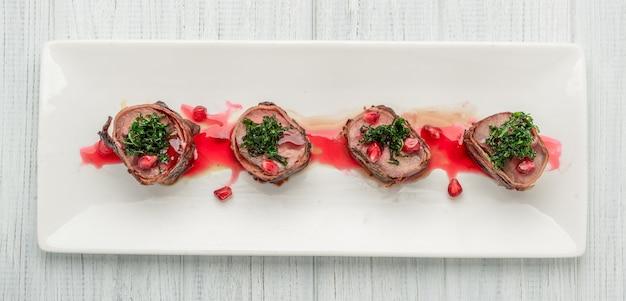 Gegrillter steakfilet mignon eingewickelter speck auf einem weißen teller