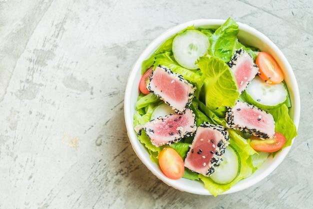 Gegrillter thunfisch-salat in weißen schüssel - gesunde ernährung
