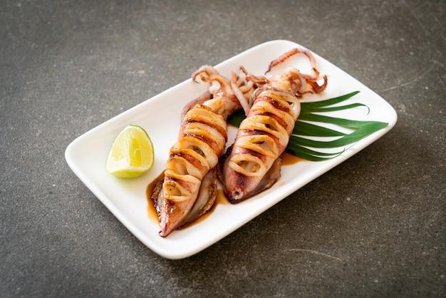 Gegrillter tintenfisch mit teriyaki-sauce auf teller