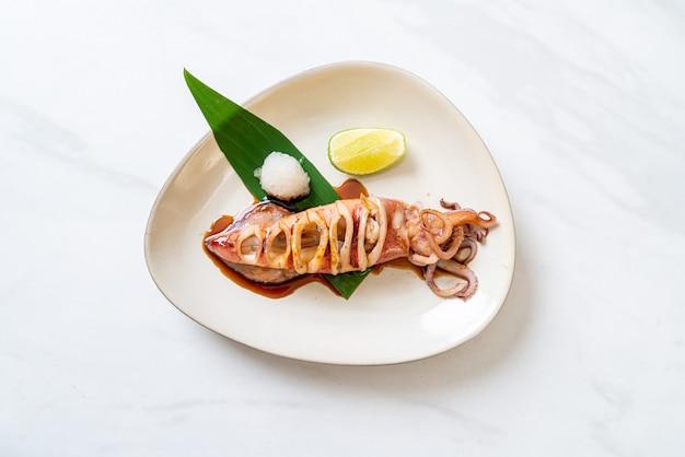 Gegrillter tintenfisch mit teriyaki-sauce