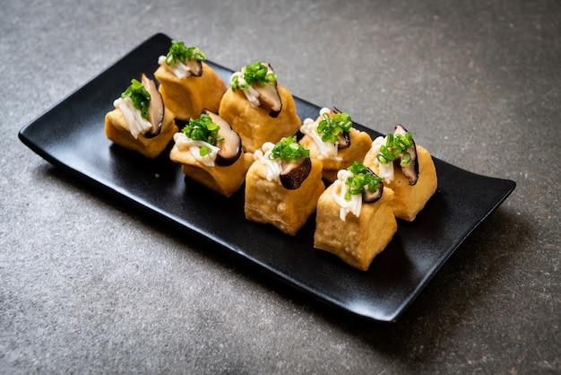 Gegrillter tofu mit shitake-pilz und golden needle mushroom