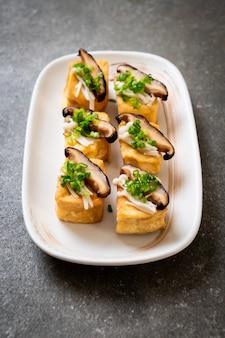 Gegrillter tofu mit shitake-pilz und goldenem nadelpilz