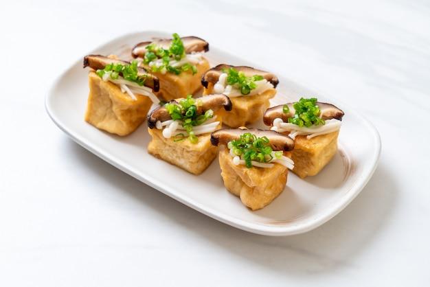 Gegrillter tofu mit shitake-pilz und pilz mit goldener nadel