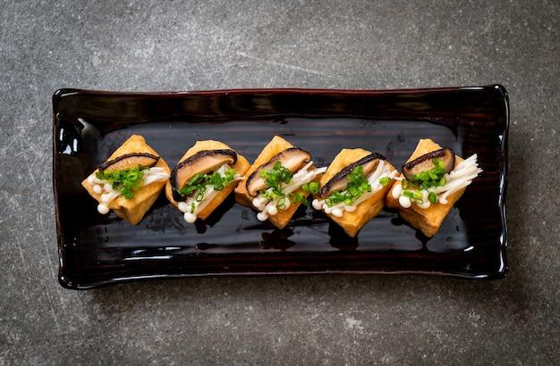 Gegrillter tofu mit shitake-pilzen und goldenen nadelpilzen
