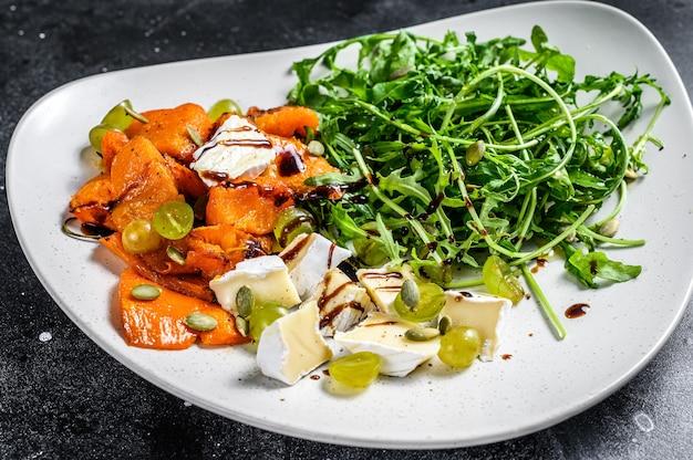 Gegrillter warmer kürbissalat mit rucola, walnüssen und briekäse