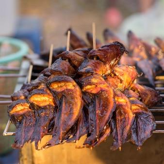 Gegrillter wels auf dem grill im markt