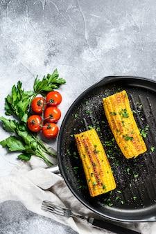 Gegrillter zuckermais mit paprika, salz und koriander.
