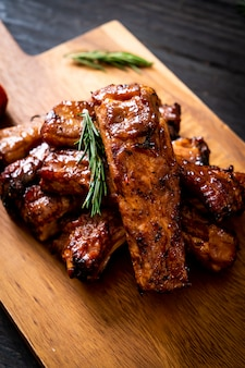 Gegrilltes barbecue ribs schweinefleisch