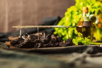 Gegrilltes Blechtafel über der Kohle auf dem Tisch