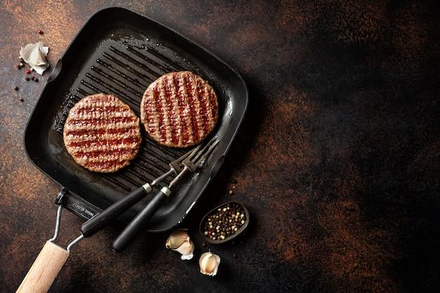 Gegrilltes burgerfleisch auf grillpfanne