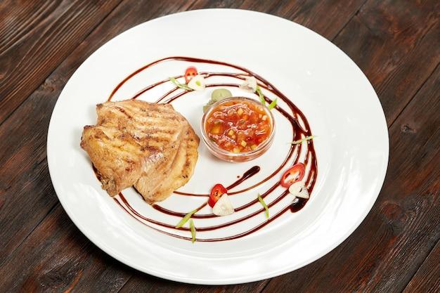 Gegrilltes chiken mit süß-saurer sauce