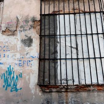 Gegrilltes fenster auf einer verwitterten wand, zona 1, guatemala-stadt, guatemala