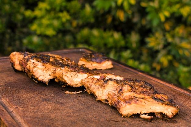 Gegrilltes fleisch auf den tisch gelegt