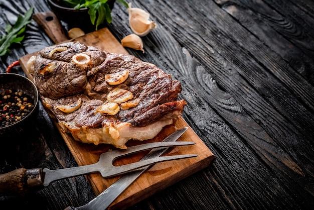 Gegrilltes fleisch auf einem tisch