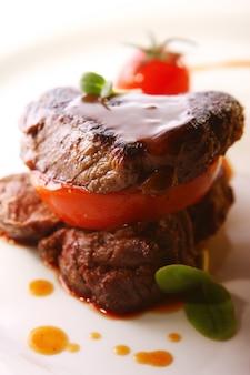 Gegrilltes fleisch im gourmet-stil