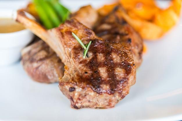 Gegrilltes fleisch lampe steak